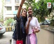 #JasminBhasin gets kissed while clicking selfie. Paps pass the information to boyfriend #AlyGoni, here's how he reacted!<br/><br/>If you like this video, please subscribe to our YouTube channel for all the latest entertainment updates.<br/><br/>Don't forget to like, share & comment too. Your feedback is valuable to us.<br/><br/>For more Bollywood, Hollywood, Fashion & Lifestyle updates:<br/>Log on to https://www.koimoi.com<br/>Facebook https://www.facebook.com/koimoidotcom<br/>Instagram https://www..instagram.com/koimoi/<br/>Follow us on https://twitter.com/koimoi